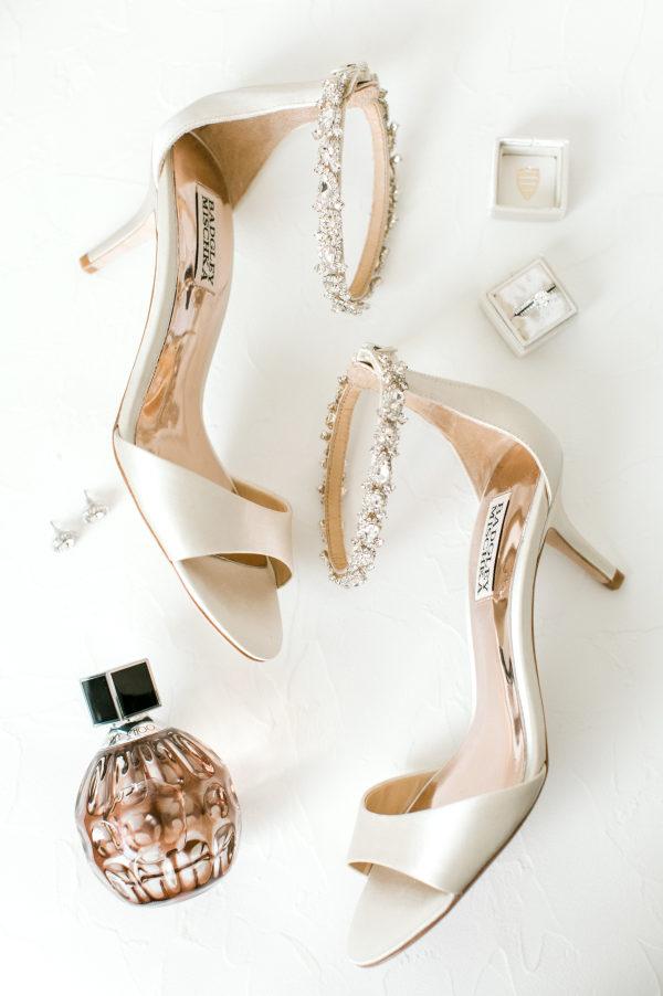 Zapatos de la firma Badgley Mischka con pedrería en el tobillo. Foto de Brianna Wilbur Photography