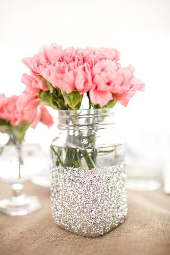 Centro de mesa con tarro glitter. Foto: Simple lindo