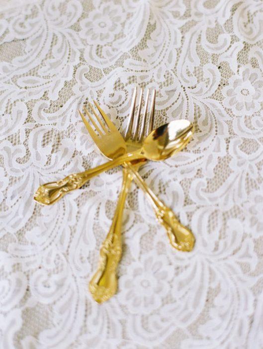 Cubertería dorada, tendencia glitter. Foto: Wendy Laurel