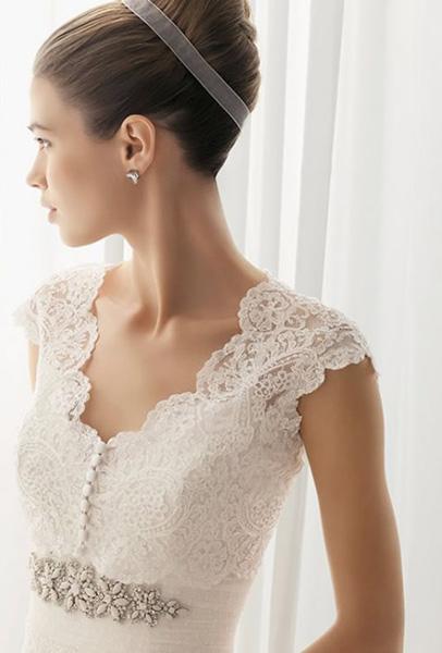 Bolero de novia con escote en pico y botonadura en encaje modelo Bolzano de Innovias