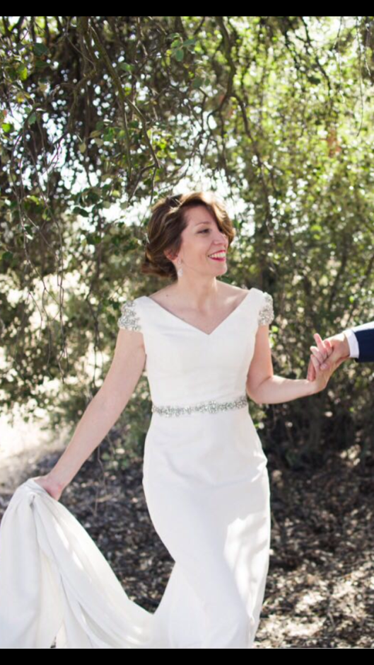 El vestido de novia Innovias de Elena con manguitas y cinturilla en pedrería plata