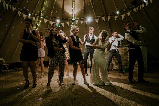 Foto de los amigos y los novios bailando