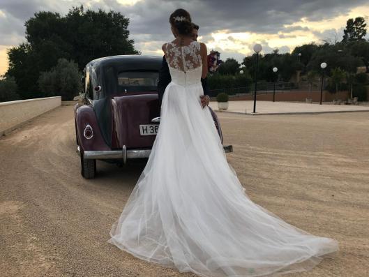 Nuestra novia Innovias Elisabeth quería ser princesa en su boda pero sin renunciar a lucir figura, así que eligió un vestido de novia Innovias de corte recto que complementó con una falda princesa desmontable.
