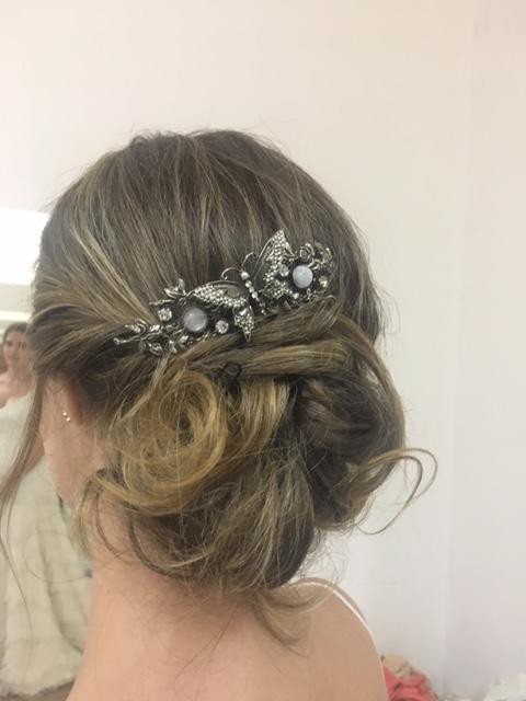 Nuestra novia innovias Rosa lució este bonito tocado en plata vieja con perlitas para adornar su actual recogido messy.