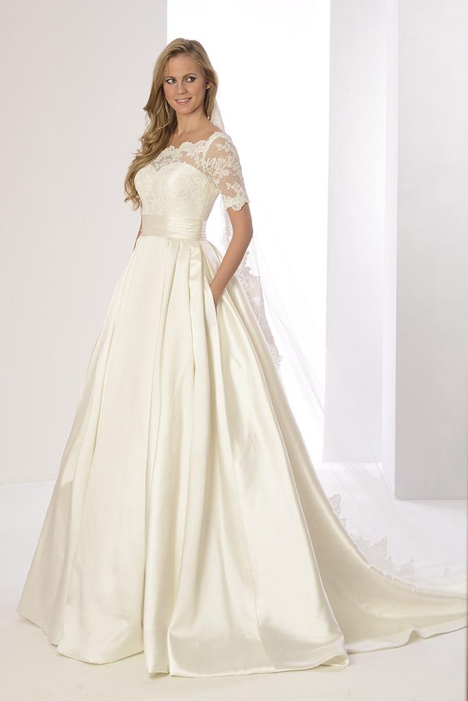 Vestido de novia en micado y encaje con corte a la cintura falda princesa lisa con tablas y escote barco. Alta costura low cost
