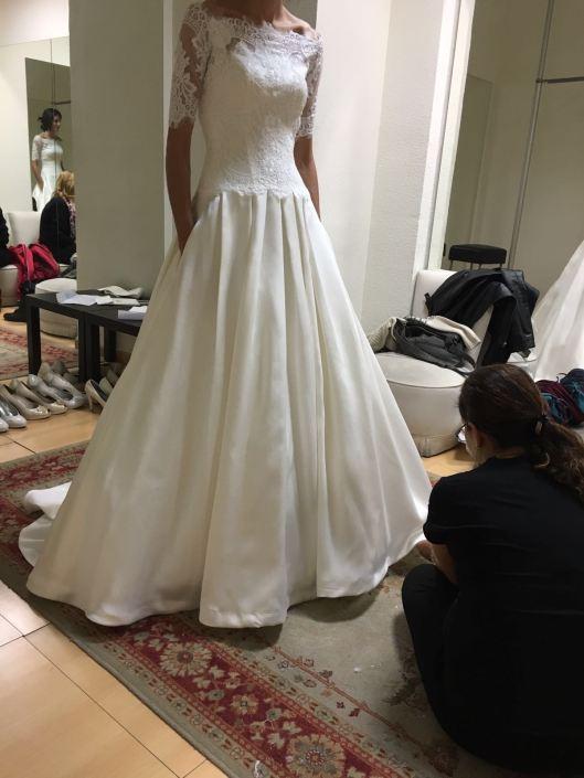 Una de nuestras novias Innovias en la prueba de arreglos de su vestido de novia.