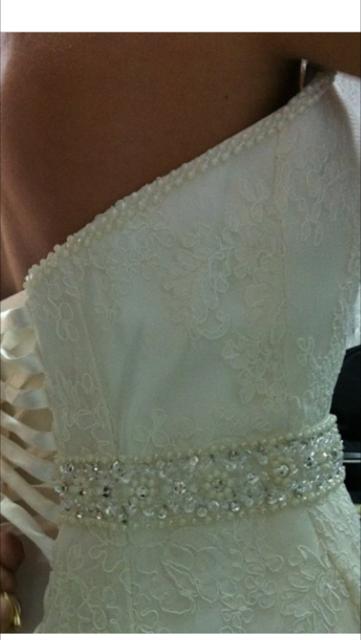 Cinturilla y escote ribeteado con perlitas del vestido de novia Casandra de Innovias.