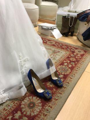 Inspirados en Carrie, la protagonista de Sexo en nueva York los zapatos de Manolo Blahnik en azul que eligió una de nuestras novias Innovias.