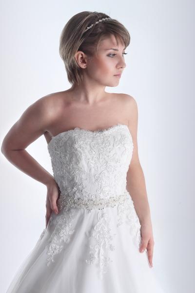 Vestido de novia Carmina con cuerpo tipo corpiño ajustado a la cintura y fajín de pedrería
