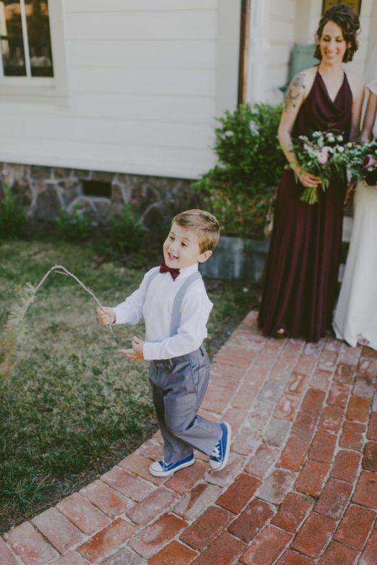 Niño jugando en la boda. Foto: This Rad Love