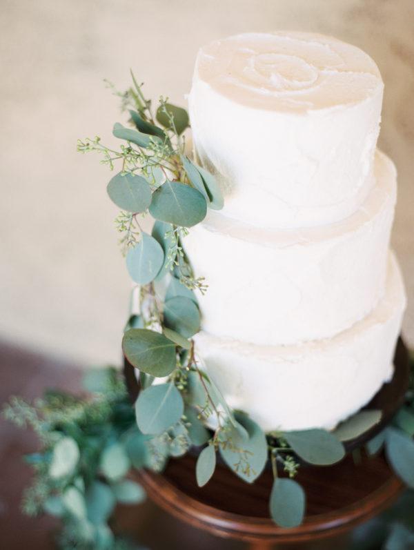 Tarta de boda con eucalipto. Foto: Winsome And Wright
