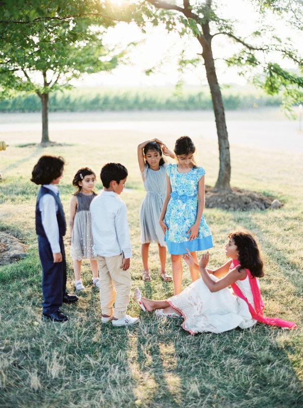 Niños jugando en la boda. Foto:  When He Found Her