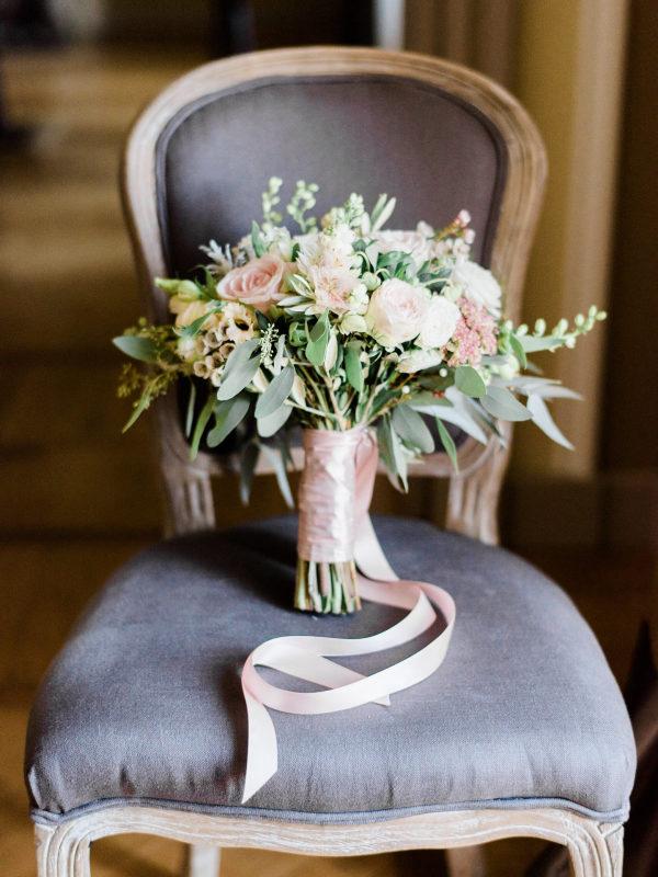 Ramo de novia con flores y hojas. Foto: Ether & Smith
