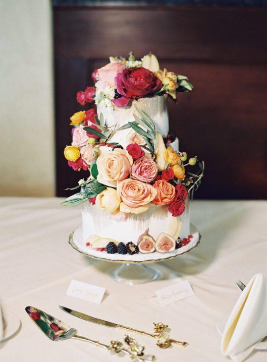 Tarta de boda con flores y frutas. Foto: Michael and Carina Photography