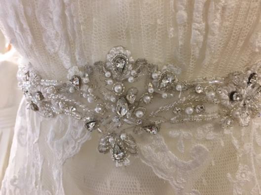 Aplicación de novia de pedrería fina y perlitas en hilo borado de plata modelo Vanina de Innovias