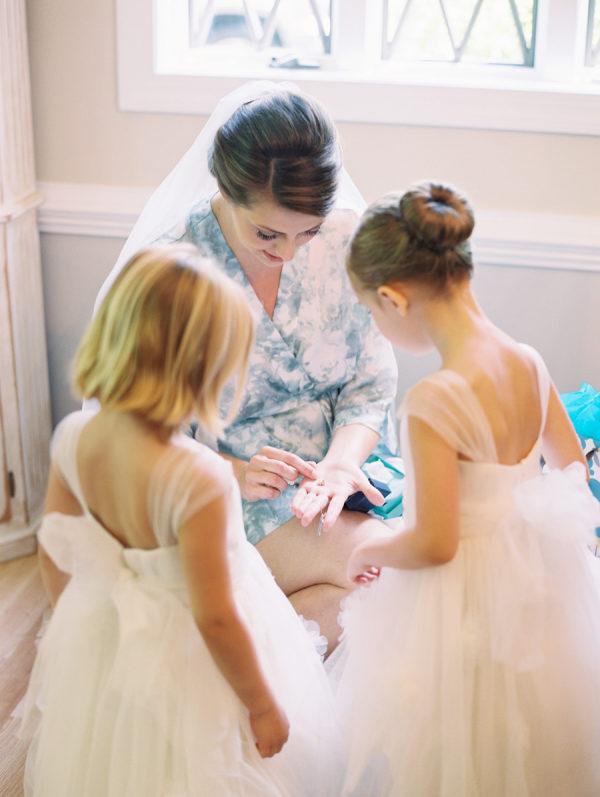 Damitas con la novia antes de la boda. Foto: Abby Jiu Photography