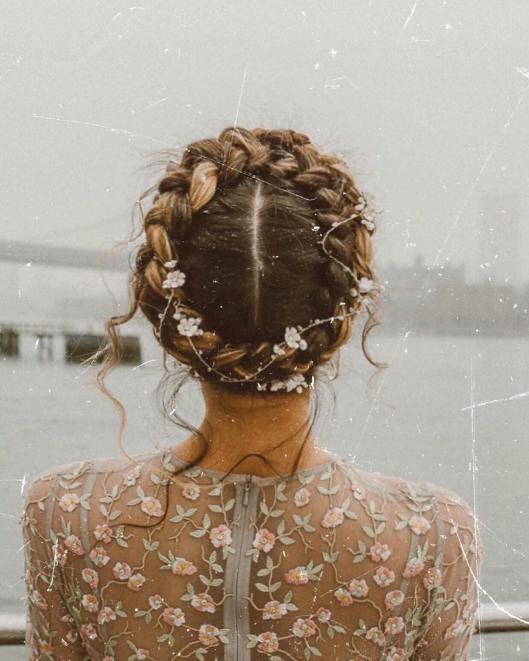 Novia con corona de trenza. Foto: Luke Polihrom