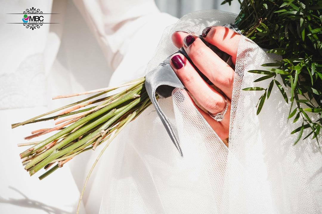 Uñas cortas de novia en tono granate. Foto: MBC Eventos