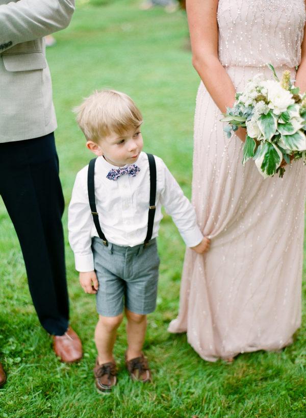 Niño entre la pareja de recién casados. Foto: Laura Ivanova Photography