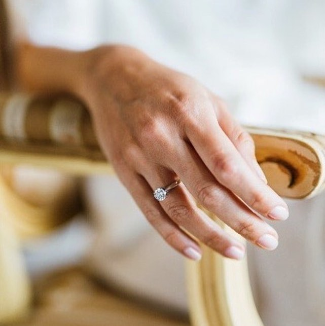Mano de una novia con anillo de pedida. Foto: Instagram Oh my dream wedding