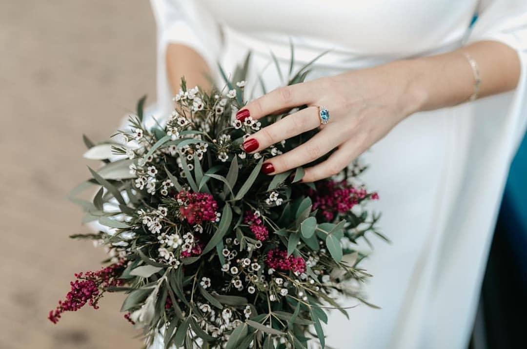 Manicura de novia en tonos rojizos. Foto: Instagram NinaSibut