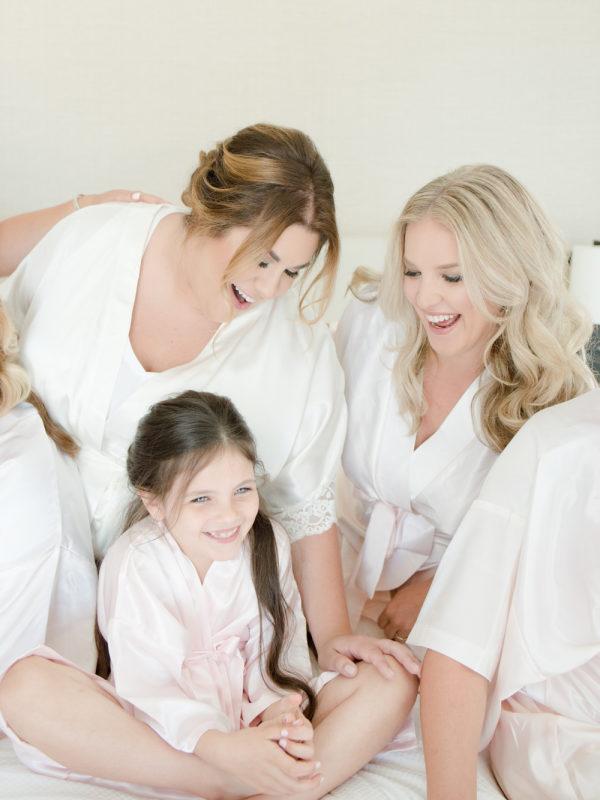 Niña con el resto de amigas de la novia. Foto: Anya Kernes Photography