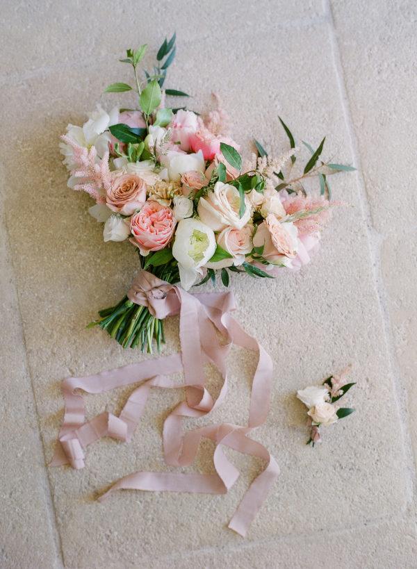 Ramo de flores con peonías y rosas. Foto: Oliver Fly Photography