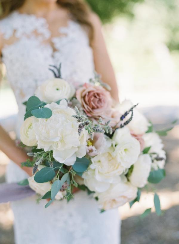 Ramo de novia de flores naturales. Foto: Jen Huang Photography
