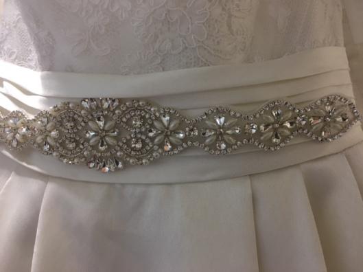 Aplicación de novia de pedrería fina color plata modelo 2231 de Innovias