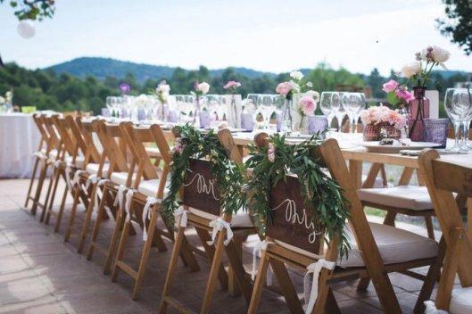 Sillas de los novios decoradas con eucalipto. Foto: Comité Fotográfic