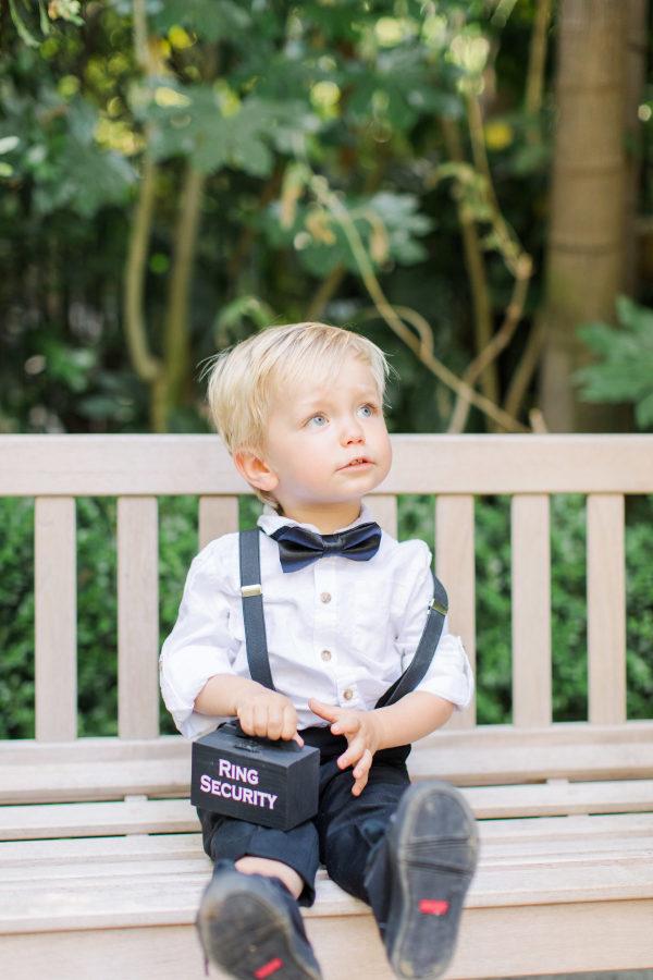 Niño con la cajita de los anillos. Foto: Jenny Quicksall Photography