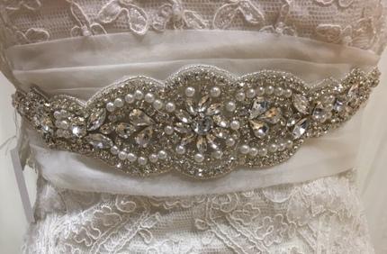 Aplicación de novia de pedrería fina y perlitas modelo 2846 de Innovias