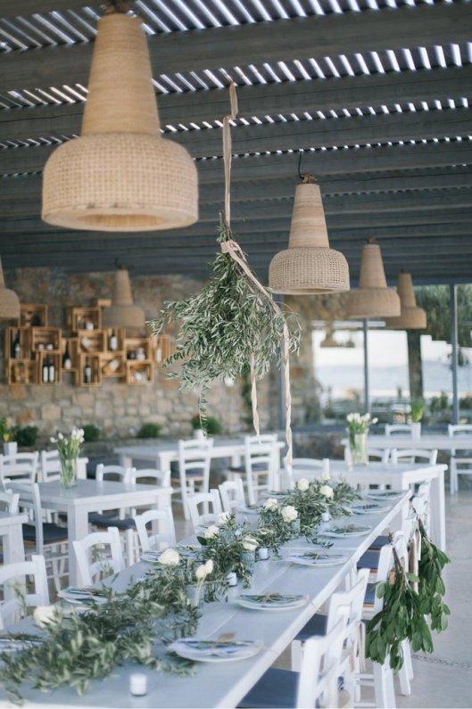 Banquete de boda decorado con eucalipto y olivo. Foto: Jenni Elizabeth Photography