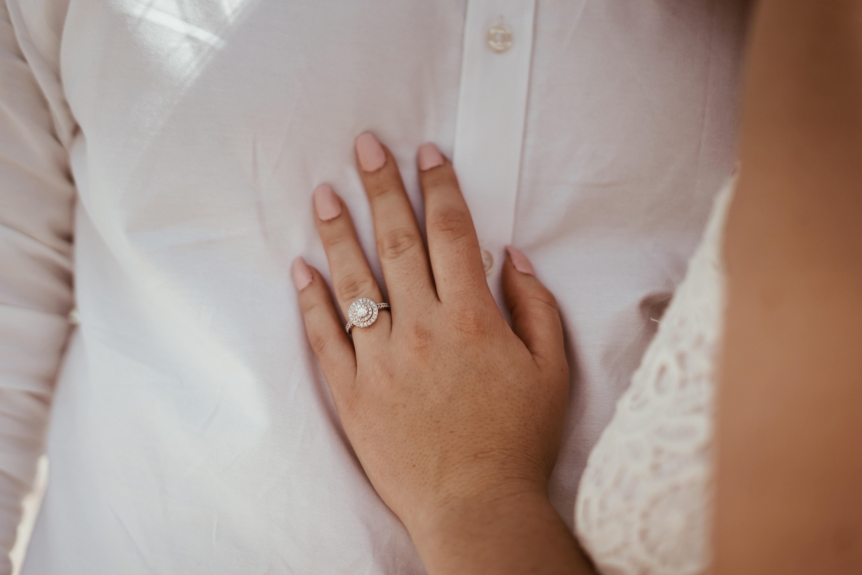 Novia con anillo de compromiso. Foto: Baylee Gramling