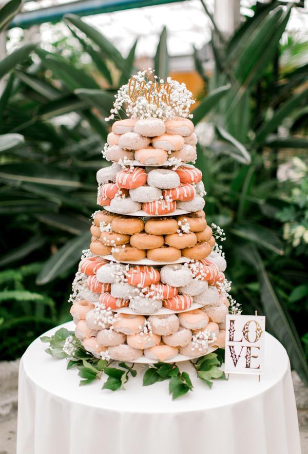 Tarta de donuts en una boda. Foto: Brianna Wilbur Photography