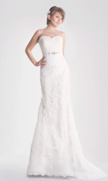 Vestido de novia Cintia de Innovias con corte recto en encaje rebrodé y escote corazón cola capilla