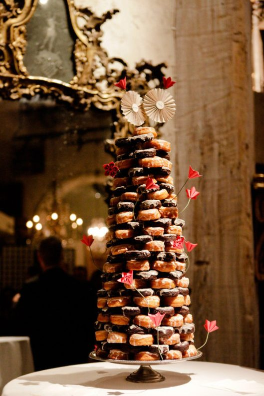 Tarta gigante de boda con donuts. Foto: First Come Loves Photo