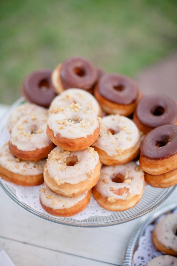 Donuts o rosquillas en un candy bar de boda. Foto: The Nichols