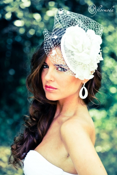 Tocado de novia 104 con rafia, plumas naturales y velo rejilla birdcage para el aire más vintage
