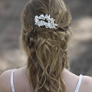 Tocado de novia en cera formando bolitas de azahar montado sobre peineta de Innovias
