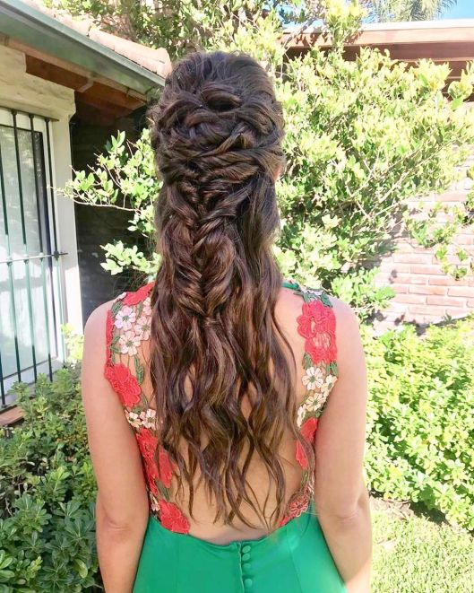 Invitada con pelo suelto y trenzas. Foto: Sole Gabastou Hair & Make up