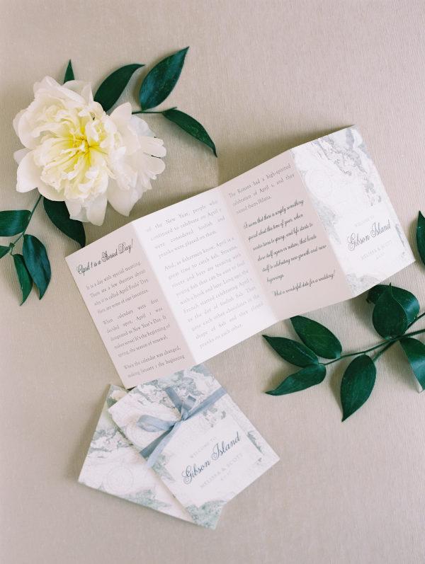 Invitación de boda estilo díptico. Foto: Abby Jiu Photography