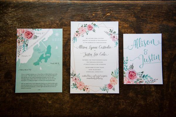 Invitaciones de boda con flores y acuarelas. Foto: Ali + Julie