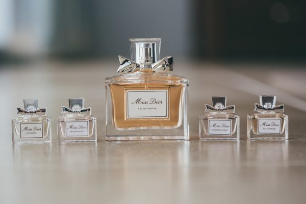 Mini-perfumes como detalle de boda. Foto: Artography Weddings