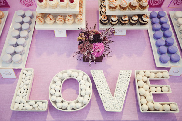 Candy table en tonos morados. Foto: Ashley Rose Photography