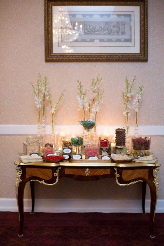 Mesa de dulces en una boda clásica. Foto: Bonnie Sen