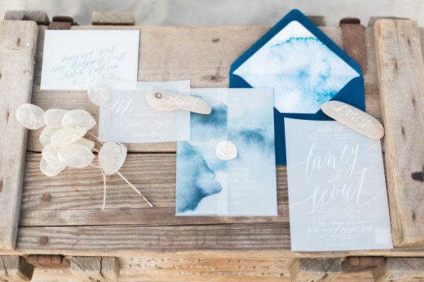 Invitación de boda con acuarela en tonos azules. Foto: By Invitation Only