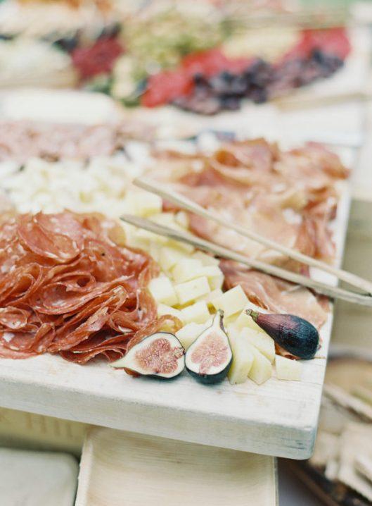 Tabla de quesos y embutidos. Foto: Carlie Statsky