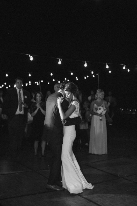 Novios bailando en su boda. Foto: Click Away Photography