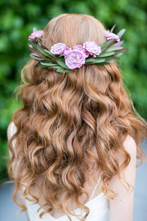 Novia con pelo suelto y corona de flores. Foto: Craig Paulson Photography